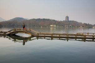 双投橋より雷峰塔を望む(中国浙江省杭州 西湖)の写真素材 [FYI02671715]