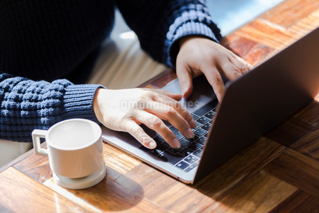 カフェでパソコン作業をする男性の写真素材 [FYI02671726]