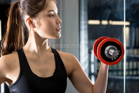 ジムでトレーニングをする女性の写真素材 [FYI02671731]