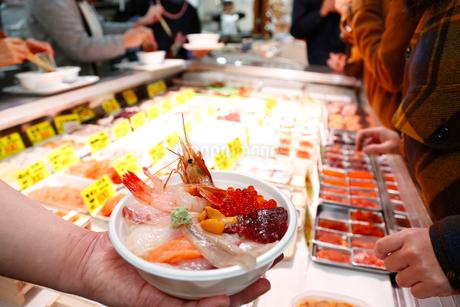 海鮮丼のイメージ写真の写真素材 [FYI02671769]