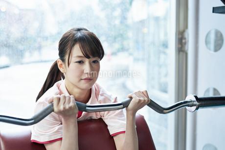 スポーツクラブでトレーニング中の女性の写真素材 [FYI02671771]
