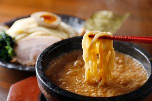 熱々漬け麺の写真素材 [FYI02671772]