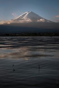 河口湖より望む朝日を浴びる富士山の写真素材 [FYI02671787]