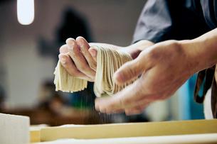 手打ち蕎麦を持っているイメージ写真の写真素材 [FYI02671790]