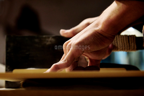 手打ち蕎麦を切っている工程写真の写真素材 [FYI02671791]