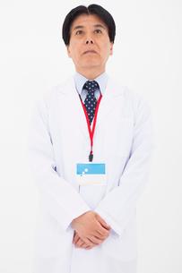 白衣の男性の写真素材 [FYI02671796]