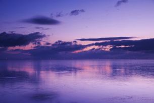 野付湾の朝とホタテ船の出漁の写真素材 [FYI02671823]