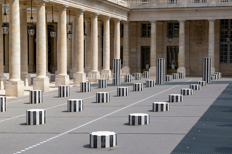 パレ・ロワイヤル、白黒ストライプの円柱の写真素材 [FYI02671831]