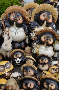 信楽陶器市の信楽焼たぬき(タテ写真)の写真素材 [FYI02671862]