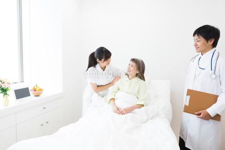医師と看護師とシニア女性の写真素材 [FYI02671878]