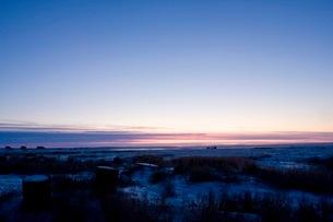 アラスカ州シシュマレフの朝焼けの写真素材 [FYI02671886]