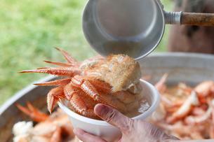 豪快毛蟹汁を器に盛っている工程写真の写真素材 [FYI02671904]