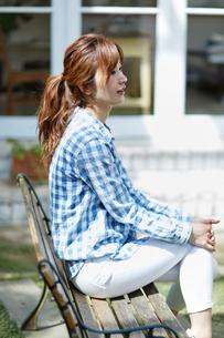 ベンチで座る爽やかな女性の写真素材 [FYI02671908]