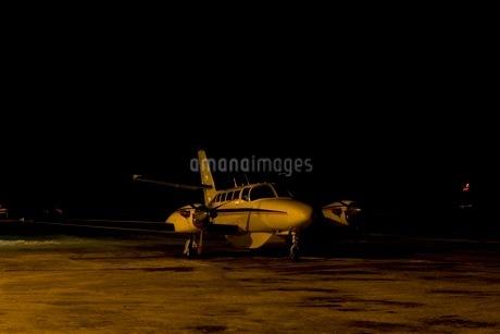 凍った滑走路に立つ小型飛行機の写真素材 [FYI02671913]
