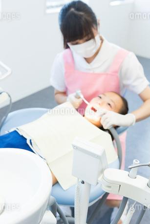 歯科医院で治療をする女の子の写真素材 [FYI02671914]