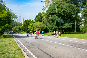 セントラルパークでサイクリング、ジョギングする人々の写真素材 [FYI02671929]
