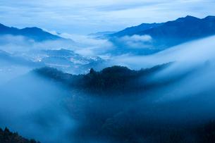 国見ヶ丘より高千穂 霧の山並みの写真素材 [FYI02671932]