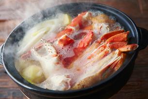 タラバとズワイ蟹鍋の写真素材 [FYI02671935]