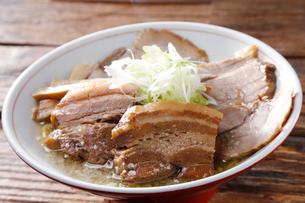 豚角煮チャーシュー麺の写真素材 [FYI02671936]