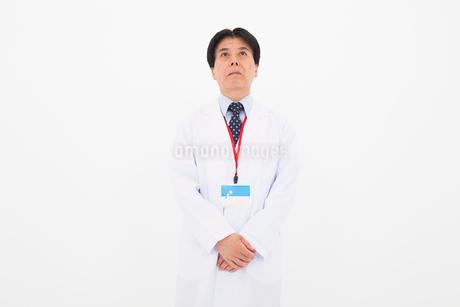 白衣の男性の写真素材 [FYI02671959]