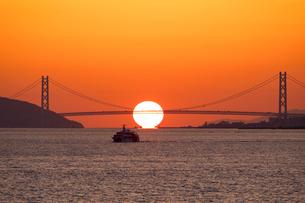 夕日と明石海峡大橋の写真素材 [FYI02671961]