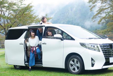 車から外を眺める女性の写真素材 [FYI02671995]