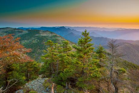 八経ケ岳より朝焼けの弥山と大峰山脈を望むの写真素材 [FYI02672004]
