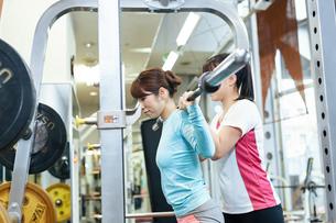 スポーツクラブでトレーニング中の女性の写真素材 [FYI02672009]
