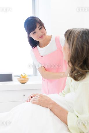 介護をする女性とシニア女性の写真素材 [FYI02672039]