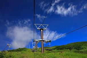 8月 夏の青空を行く白馬八方尾根のゴンドラリフトの写真素材 [FYI02672072]