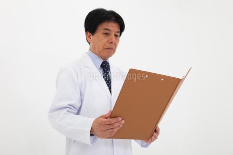 白衣の男性の写真素材 [FYI02672087]