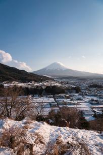 富士吉田市大明見より望む雪景色と富士山の写真素材 [FYI02672089]