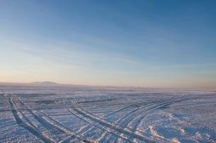 雪道についたタイヤの跡の写真素材 [FYI02672130]