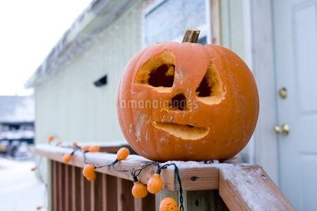 ジャック・オー・ランタンを飾ってハロウィンの準備の写真素材 [FYI02672145]