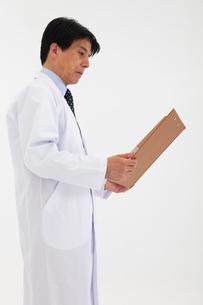 白衣の男性の写真素材 [FYI02672178]