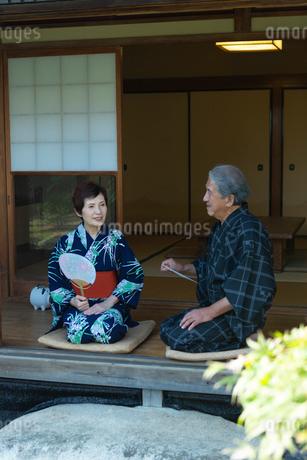 縁側に座る老夫婦の写真素材 [FYI02672192]
