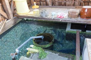 針江生水の郷 かばた(川端)と鯉の写真素材 [FYI02672205]