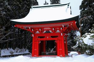 1月 雪化粧の比叡山延暦寺東塔の鐘楼の写真素材 [FYI02672213]