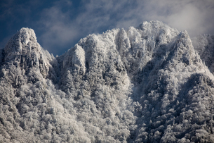 厳冬の大峰山 稲村ケ岳と大日山の写真素材 [FYI02672230]