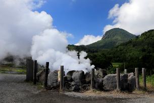 7月 熊の湯ほたる温泉の噴気塔  信州の温泉の写真素材 [FYI02672237]