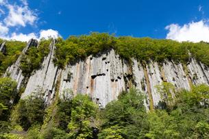 天人峡温泉の柱状節理 北海道の写真素材 [FYI02672238]