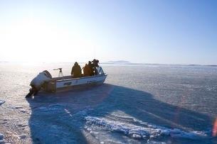 凍った海を進む撮影クルーの写真素材 [FYI02672242]