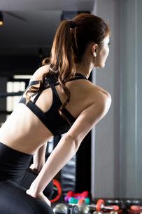 ジムでトレーニングをする女性の写真素材 [FYI02672251]