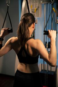 トレーニング中の女性の後ろ姿の写真素材 [FYI02672259]