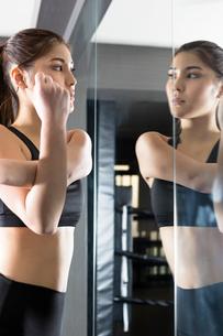 ジムでトレーニングをする女性の写真素材 [FYI02672268]