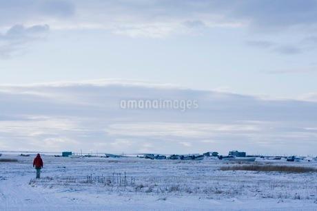 雪原に佇む人の写真素材 [FYI02672270]