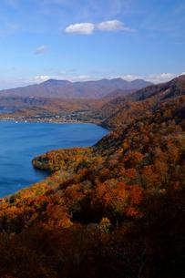 10月 紅葉の十和田湖 秋の東北の写真素材 [FYI02672303]