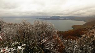 11月 初雪の十和田湖 東北の雪景色の写真素材 [FYI02672313]