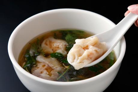 野菜たっぷりエビワンタンスープの写真素材 [FYI02672322]