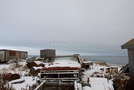 雪に埋もれた車の写真素材 [FYI02672335]